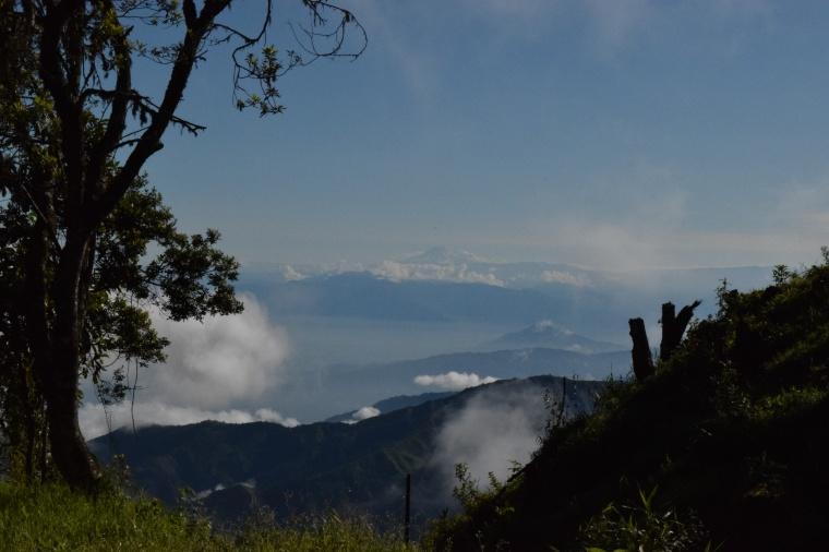 Camino a Cajas otra vista de un pico nevado