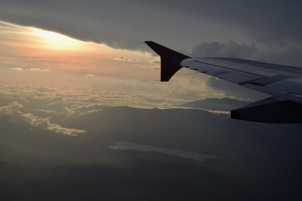 El avión cortando el atardecer sobre el Lago Calima